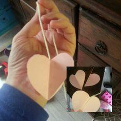 hangend hartje. 4 gelijke hartjes knippen, vouwen en alle zijkanten vastplakken, niet vergeten om halverwege het plakken een touwtje tussen te stoppen