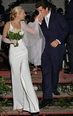 The Top 5 Bridal Looks of All Time According to Who What Wear Editors Carolyn Bessette-Kennedy in a simple silk wedding dress and lace gloves Carolyn Bessette Kennedy, Les Kennedy, John Kennedy Jr, Famous Wedding Dresses, Second Wedding Dresses, Second Weddings, Blue Weddings, Romantic Weddings, Celebrity Wedding Photos