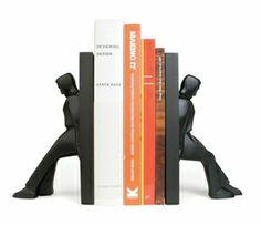 Dos hombres forzudos sujetando libros. ¡Imposible que se caigan!