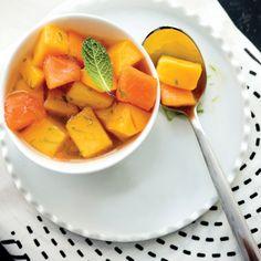Salade de papaye et mangue fraîches, sirop à la citronnelle et au gingembre - Châtelaine