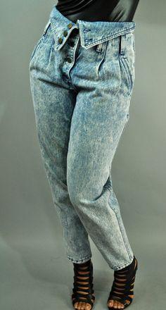 80er Kleider gewaschene Jeans mit hoher Taille und vielen Plisses und  Knöpfen, schwarze Sandale