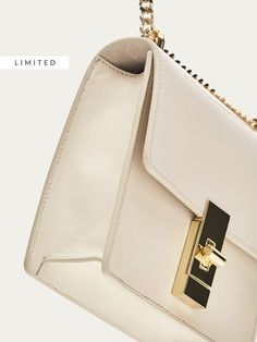 Los bolsos y monederos de mujer de otoño 2017 de Massimo Dutti, un must para su vestidor. Encontrará carteras, mochilas y bolsos de piel, ante o con flecos.