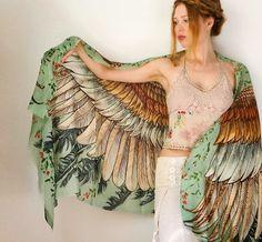 Sempre na moda lenços que imitam asas de aves