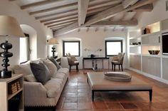 Eine Kombination aus sichtbaren Holzbalkendecken und Terrakotta-Fliesen-Böden gibt eine weiß lackiert Wohnzimmer eine natürliche und gemütliche Atmosphäre.