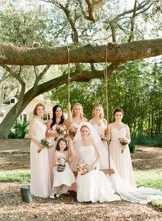 Demoiselles d'honneur - Fille d'honneur - Champêtre - Rose poudré - Bouquet de fleurs - Une mariée en robe blanche - Balançoire