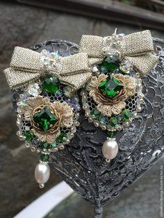 Купити серьгиСР1002 - тёмно-зелёный, серьги с камнями, вышивка ручная, бантик, изумрудно-зеленый, серебристый