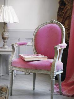 Vacker antik 1700-tals karmstol. Denna är i privat ägo men nytillverkade finns hitta på: http://www.solgarden.se/vara-produkter/stolar/medaljongstol-med-karm
