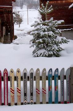Sarreyer is a village located in the Bagnes valley. Snow in the winter. Old derelict skis from various brands, Blizzard, Rossignol, Kastle, Atomic and Hexcel used as garden's fence. Alpine Chalet, Ski Chalet, Ski Decor, Front Yard Fence, Modern Fence, Vintage Ski, Backyard Fences, Snow Skiing, Fence Design