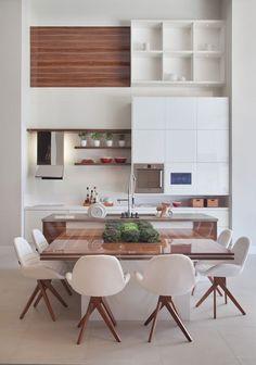 do dia: ilha do chef White Modern kitchen with integrated dining.White Modern kitchen with integrated dining. Kitchen Interior, New Kitchen, Kitchen Dining, Kitchen Decor, Kitchen Layout, Kitchen Modern, Kitchen Ideas, Kitchen Wood, Modern Kitchens