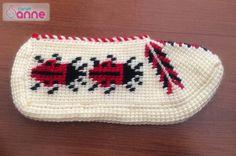 Uğur Böcekli Tunus İşi Patik Modeli Yapımı (Resimli Anlatım) - Canım Anne Slipper Socks, Slippers, Moda Emo, Crochet Stitches, Elsa, Beanie, Monogram, Piercings, Kaftan