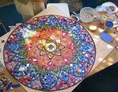 TRABAJOS EN PARED          Mandala realizado por Raquel para centro de Arteterapia Colores Primarios.                           Mandala t...