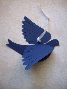 Cinco pájaros de papel cartulina dulce en tonos azules para fijar a una pared o colgar como un móvil. Grandes alas de pluma-corte, cara de perfil con