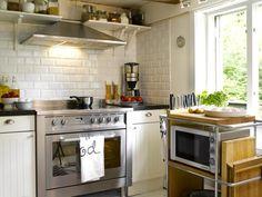 STOR TUMLEPLASS:Det luftige, hvite kjøkkenet har en stor komfyr som er beboerens store stolthet. Det landlige kjøkkenet er fra Ikea.