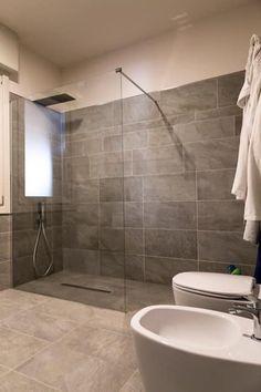 RISTRUTTURAZIONE DI UN APPARTAMENTO IN VILLA BIFAMILIARE: Bagno in stile in stile Moderno di Bianchetti