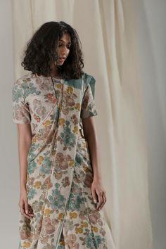 Designer Sarees, Beautiful Saree, Saris, Look Chic, Cotton Saree, Indian Sarees, Dress Codes, Blouse Designs, Fabric Design