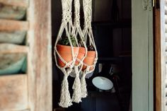 One of the easiest Macrame projects to get started with is a plant hanger. Decorate your house on a budget with 16 easy DIY Macrame plant hangers for beginners! Macrame Plant Hanger Patterns, Macrame Plant Holder, Macrame Patterns, Rope Plant Hanger, Plant Hangers, Driftwood Macrame, Macrame Projects, Plant Projects, Macrame Design