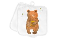 """2er Set Topflappen  Honigbär aus Kunstfaser  Natur - Das Original von Mr. & Mrs. Panda.  Diese wunderschönen Topflappen von Mr. & Mrs. Panda sind immer im 2er Set. Sie sind liebevoll bedruckt und der Druck ist natürlich absolut hitzebeständig. Die Maße ist 170 X 170 mm.    Über unser Motiv Honigbär  Unser süßer Bär ist aus der """"Beary Times"""" - Kollektion.    Verwendete Materialien  Die verwendete sehr hochwertige Kunstfaser ist langlebig, strapazierfähig und abwaschbar und wird von uns per…"""