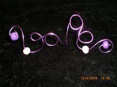Bracelet long en fil d'alu violette perles en fimo violette & blanche