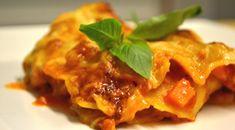 Der Kürbis macht sich auch in der mediterranen Küche gut, denn seine leichte Süsse passt wunderbar zu den Geschmäckern des Südens. Kein Wunder, ist diese aussergewöhnliche Lasagne mit würziger Kürbis-Tomaten-Salsa, Blattspinat und hausgemachter Béchamel denn auch der Renner bei Pasta-Fans. Ein Glas Rotwein, ein grosses Stück Lasagne direkt aus dem Ofen und nasskalte Herbsttage sind nur noch halb so schlimm.