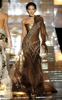 Elie Saab at Couture Fall 2004 - Runway Photos Elie Saab Couture, Couture Mode, Couture Fashion, Runway Fashion, Gowns Couture, Beautiful Gowns, Beautiful Outfits, Beautiful Lines, Gorgeous Dress