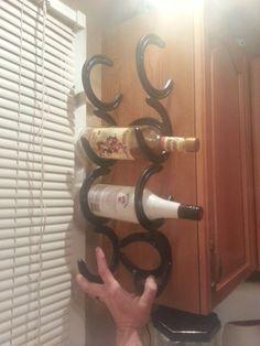 Herradura vino estante sostiene 5 botellas para ir en el lado del gabinete