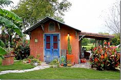 darling colorful shed with covered side patio. adapt to the detached garage? Granny Pod, Backyard Cottage, Backyard Retreat, Cute Cottage, Cottage Ideas, Cottage Style, Guest Ranch, Tiny House Movement, Cabins And Cottages