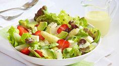 Lust auf einen leckeren, knackigen und frischen Salat? Wir lieben die Kombination aus weißem Spargel, Avocado, Schafskäse, fruchtigen Erdbeeren, Salat und KNORR Feinschmecker Sauce Hollandaise.