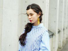 【ELLE】ボリュームシングルピアス×片寄せまとめヘア|ビッグイヤリングが映える、簡単ヘアアレンジ6|エル・オンライン