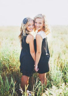 blonde-sisters-in-sacrmaneto-field-pose-for-child-photographer-amy-wenzel.jpg (750×1050)