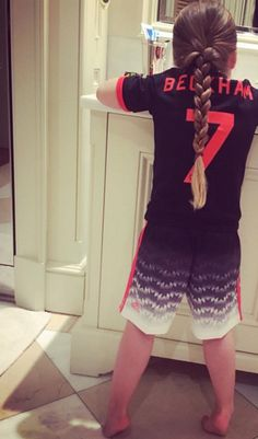 Daddy's little girl: David Beckham shared a sweet picture of his four-year-old daughter Harper brushing her teeth before bed, clad in his old Manchester United football strip Victoria Beckham Outfits, Baby Outfits, Manchester United Trikot, David Beckham Daughter, Cute Celebrities, Celebs, Beckham Instagram, The Beckham Family, Harper Beckham