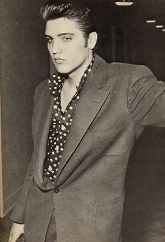 YOUNG Elvis Presley standing in a hallway. Priscilla Presley, Lisa Marie Presley, Imagenes Dark, Rock And Roll, Franck Sinatra, Young Elvis, Elvis Presley Young, Elvis Presley Photos, Rare Elvis Photos