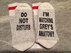 Do Not Disturb . I'm Watching Grey's Anatomy (Word Socks - Funny Socks - Novelty Socks) by SolelySocks Greys Anatomy Gifts, Watch Greys Anatomy, Grays Anatomy, Greys Anatomy Funny, Grey's Anatomy Clothes, Owen Hunt, Youre My Person, Meredith Grey, Funny Socks