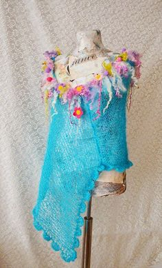 Poncho tricotat-crosetat cu aplicatii florale si carlionti de lana Fairy Spring Garden