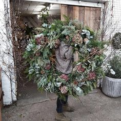 - The Fresh Flower Company - Dekokränze - Alors geht's . - The Fresh Flower Company - Dekokränze - # Dekokränze # wreaths Large Christmas Wreath, Holiday Wreaths, Rustic Christmas, Christmas Holidays, Christmas Swags, Best Outdoor Christmas Decorations, Homemade Christmas Wreaths, Winter Wreaths, Christmas Cookies