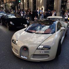 Werfen Sie einen Blick auf das Beste auto bugatti in den Fotos unten ! Bizarre and elusive, the late Bugatti Type Atlantic is largely considered to be one of the most beautiful automotive designs in history. Dream Cars, My Dream Car, Maserati, Bugatti Veyron, Fancy Cars, Cool Cars, Supercars, Carros Audi, Porsche 918 Spyder