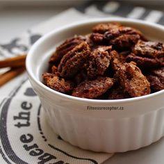 SLANÉ KARAMELOVÉ OŘÍŠKY Ingredience:– hrnek pekanových ořechů– 1 bílek– 1 lžíce vody– 1 lžíce medu– 1 lžíce mleté skořice– mořská sůlPostup: V míse smícháme bílek s vodou a metličkou vyšleháme. Přidáme med, skořici a promícháme. Vsypeme pekanové ořechy a obalíme je v medové směsi. Takto obalené oříšky vsypeme na plech, který jsme si vyložili pečícím papírem a rozprostřeme … Almond, Cereal, Paleo, Eat, Breakfast, Food, Morning Coffee, Essen, Almond Joy