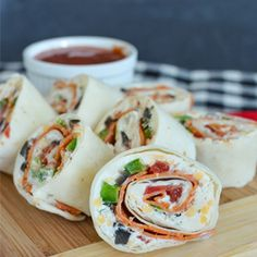 Pizza Pinwheels - easy pizza flavored appetizers that are full of dairy to fuel school lunches and after school snacks Finger Food Appetizers, Yummy Appetizers, Appetizer Recipes, Snack Recipes, Cooking Recipes, Pizza Appetizers, Skillet Recipes, Cooking Tools, Pizza Recipes