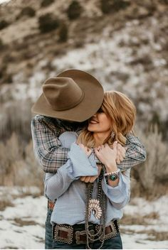 western fashio western family photos family photos serape blanket engagements cowboy wife Source by theFRINGEDpineapple Look style Western Family Photos, Western Engagement Photos, Country Couple Pictures, Country Couples, Engagement Pics, Cowboy Family Pictures, Couple Pics, Couple Goals, Western Photography