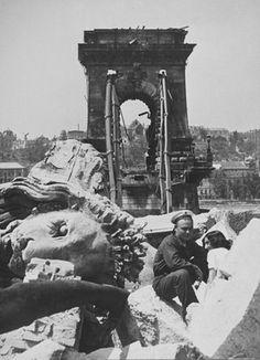 Szöllősy Kálmán: Romos Lánchíd, Budapest, 1945 / The Chain Bridge in ruins, Budapest, 1945.
