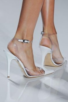 White pumps for summer are a killer! #white #pumps #summerstyle