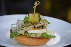 Aromatyczny śledź na grzance Hamburger, Chicken, Ethnic Recipes, Food, Essen, Burgers, Meals, Yemek, Eten