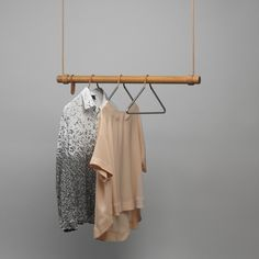 Die Swing Hängegarderobe von LindDNA bietet genügend Platz für viele Hanger Kleiderbügel