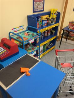 In the dramatic play area, a group of children set up a grocery store, pricing the items by writing numerals on them. Other children shop for items and then use coin manipulatives to purchase them. Dramatic Play Themes, Dramatic Play Area, Dramatic Play Centers, Preschool Dramatic Play, Preschool Classroom, In Kindergarten, Play Grocery Store, Role Play Areas, Play Centre