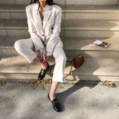 Inspiration에 있는 seul님의 핀 стиль, мода 및 женская мода. Minimalist Fashion Women, Minimal Fashion, Womens Fashion For Work, Mode Inspiration, Fashion Inspiration, Simple Style, Classy Style, Everyday Fashion, Who What Wear