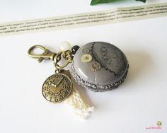 porte clef macaron gris fimo PCG31 bijou de sac gourmand collection l'air du temps : Porte clés par lutinette40