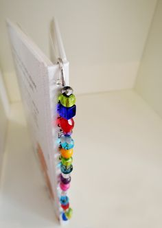 Make bookmarks with little hobbyists themselves - Beading Crafts Bookmarks For Books, Birth Gift, Kids Reading, Journal Notebook, Pearl Jewelry, Pin Collection, Wands, Gifts For Friends, Diy And Crafts