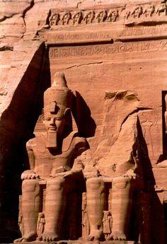 Las cuatro formidables estatuas de Ramses II.