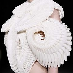 Unusual design by Iris Van Herpen Unique Fashion, Vintage Fashion, Fashion Design, Structure Clothing, Fabric Embellishment, Origami Love, Iris Van Herpen, Pleated Fabric, Young Designers