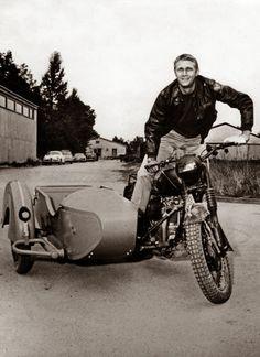 """"""" Il aimait le cinéma, il aimait les femmes, il aimé la vitesse, et sa vie, il l'a vécue à 200 à l'heure. L'immense Steve McQueen nous ..."""