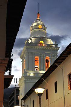 San Agustin, Quito, Ecuador  La cúpula de la Iglesia de San Agustín   En la calle Chile y Guayaquil esquina